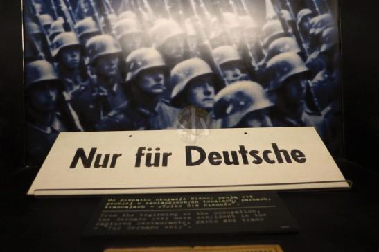 德國在佔領波蘭的5年,開始種族隔離的措施,不少餐廳、劇院都是只給德國人入內。