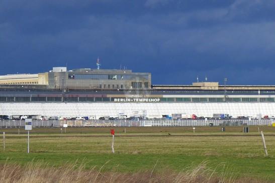 遙遠看着那Tempelhof的荒廢Terminal,想起《Warm Bodies》裏喪屍都暫時住在一個舊Terminal……哈哈哈。
