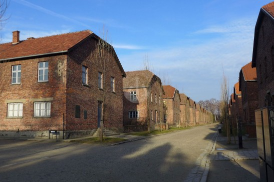 一幢又一幢的紅色小屋,是奧辛威茲裏最早興建的營房。