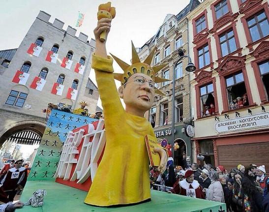 獲諾貝爾和平獎的劉曉波成為自由神像,後面寫着「解放」。