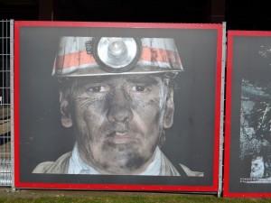 頭戴頭燈,灰黑的臉,他們就是這裏的礦工。