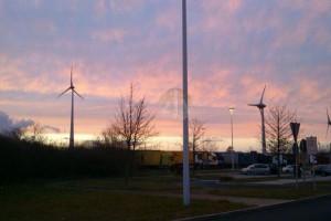 在德國坐長途巴士,經過高速公路,總會看見風力發電設施。