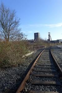 曾經天天運送煤礦的路軌和車站早已荒廢。