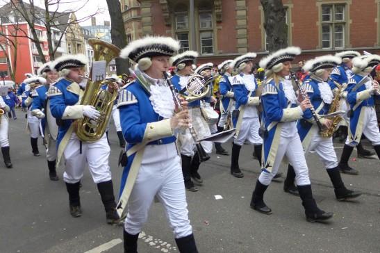 樂隊奏起傳統科隆樂曲,人們就隨歌起舞。