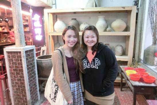 我與大姐在陶瓷坊。