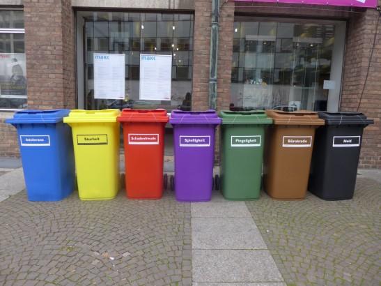 色彩繽紛的回收桶,對初來德國的人來說,是噩夢。哈哈哈哈……