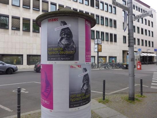 我最喜歡看歐洲城市這些「告示柱」,貼滿當地藝文活動的宣傳。上面有展覽的海報。