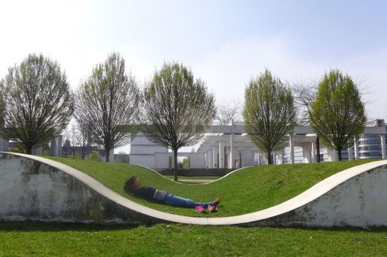 在Duisburg的草地上睡一個午覺。