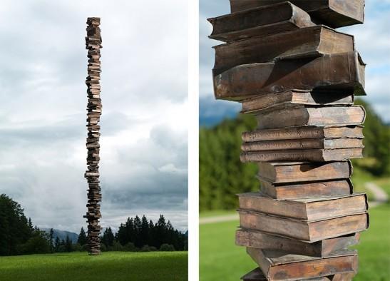 Der Unendliche Geist,直譯大概是「不滅的靈魂」。它是一條由許多本書疊成的高柱,再以銅鑄而成。
