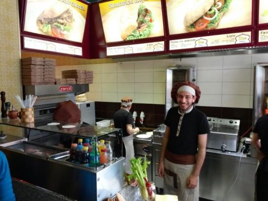 我們到Marco打工的埃及健康快餐店幫襯,他十分高興,還請我們吃他親手製的甜品。