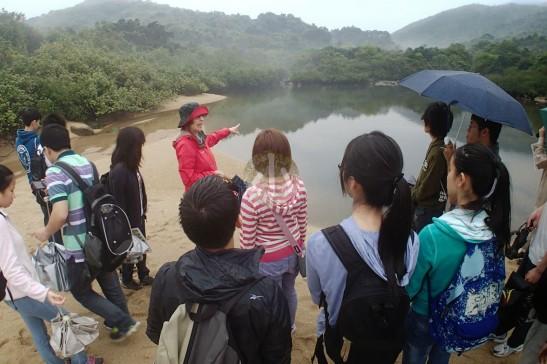 海下灣之友Nicola正向香港大學學生介紹潟湖。