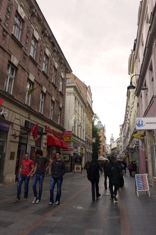 像西歐任何一條購物大道。