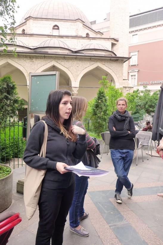 站在清真寺前聽女導賞員的講宗教共融。