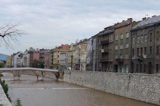 河的一岸還是有許多失修的房子。