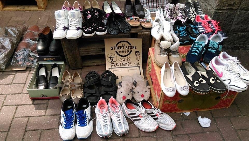 鞋子是很受歡迎的「貨品」。