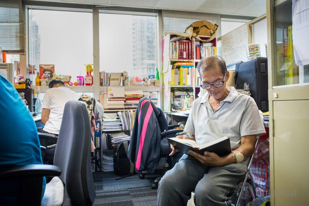 華哥平日歇息的地方,隔鄰正是阿謙的辦公桌。而辨公室所有書籍、《聖經》都讓華哥隨便閱讀。
