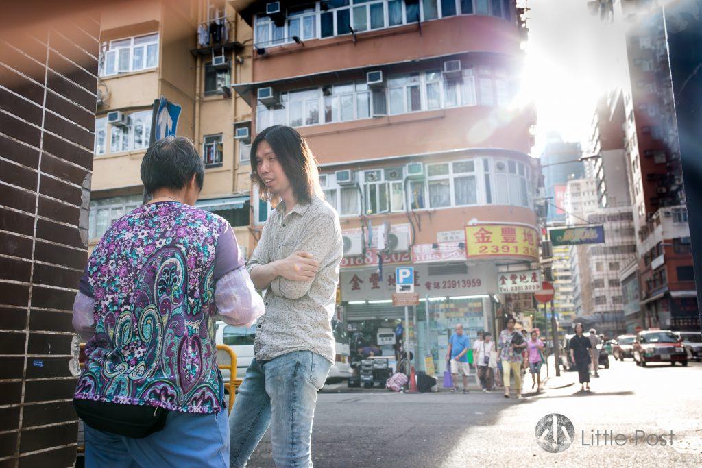 阿謙跟清潔工友四妹在街頭相遇,慢慢成為好友。