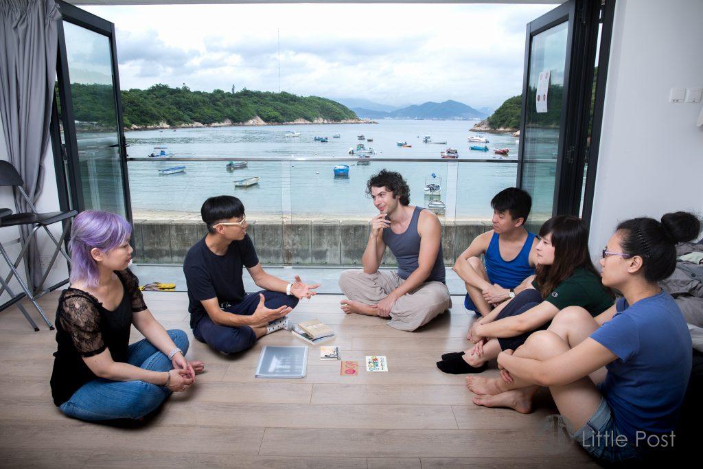 志偉 (左二) 正分享這一年半以來,在這裏收集到的故事。