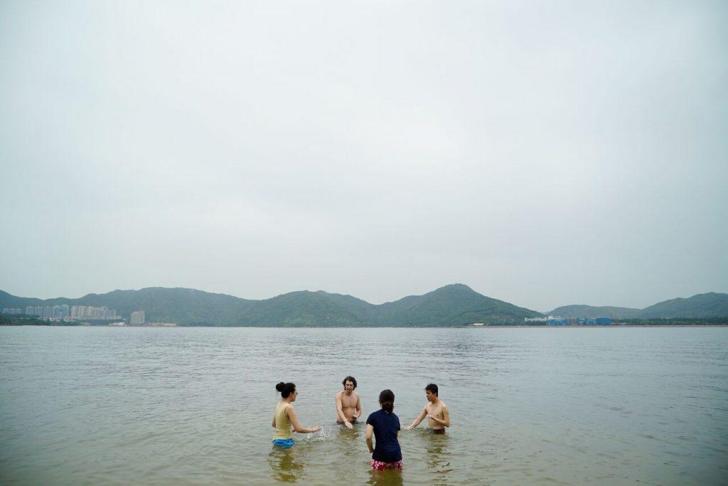 訪問過後,「天台製作」到北灣的水中耍太極和打「海鼓」(即是在海浪上拍打) (攝影:張志偉)