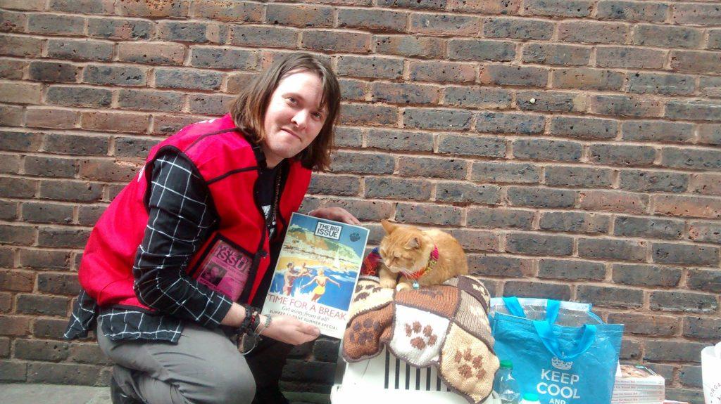 英國街頭藝人James Bowen 與他收養Streetcat Bob一直街頭販賣《The Big Issue》,James更將他與Bob的故事撰寫成書。(圖片來源:The Big Issue Facebook)
