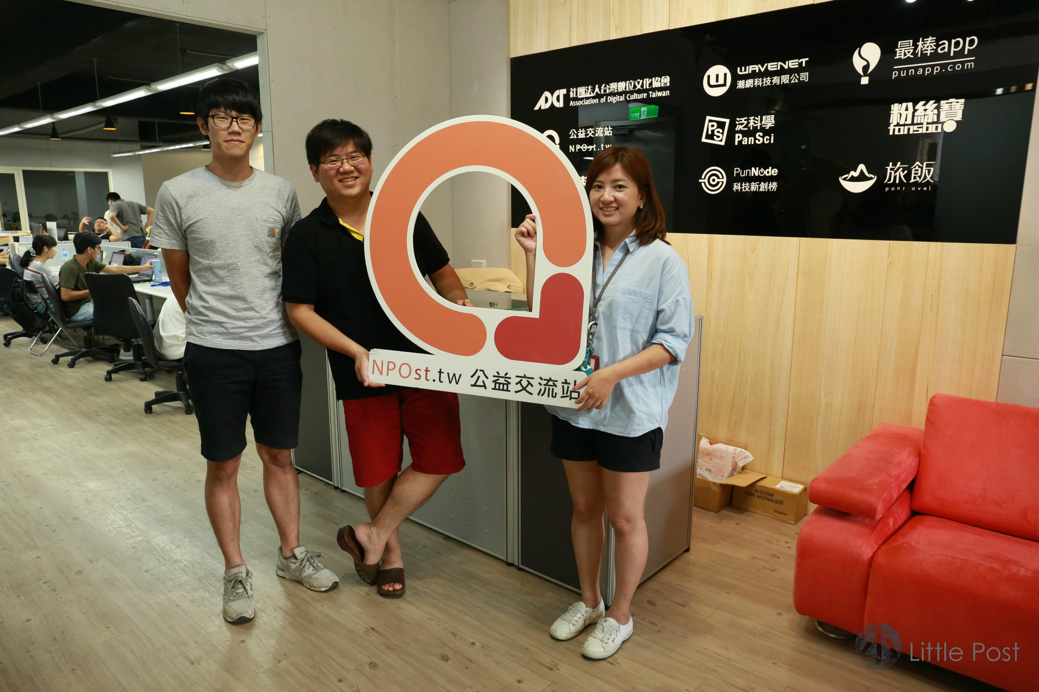吳哲銘(中)、葉靜倫(右)及林磬(左)是NPost的團隊,由公益報道到活動都由他們一手策劃。