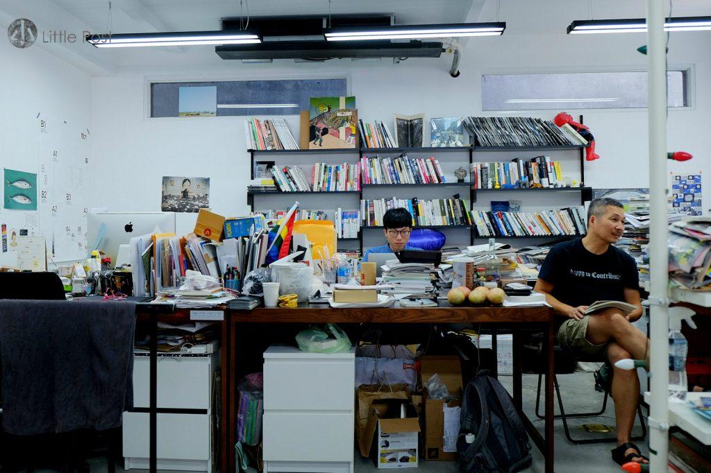 編輯只有李取中(右)與年輕的執行編輯Brian(左)兩人。Brian自言大學時期已很受《大誌》的國際視野的內容影響,故加入團隊。