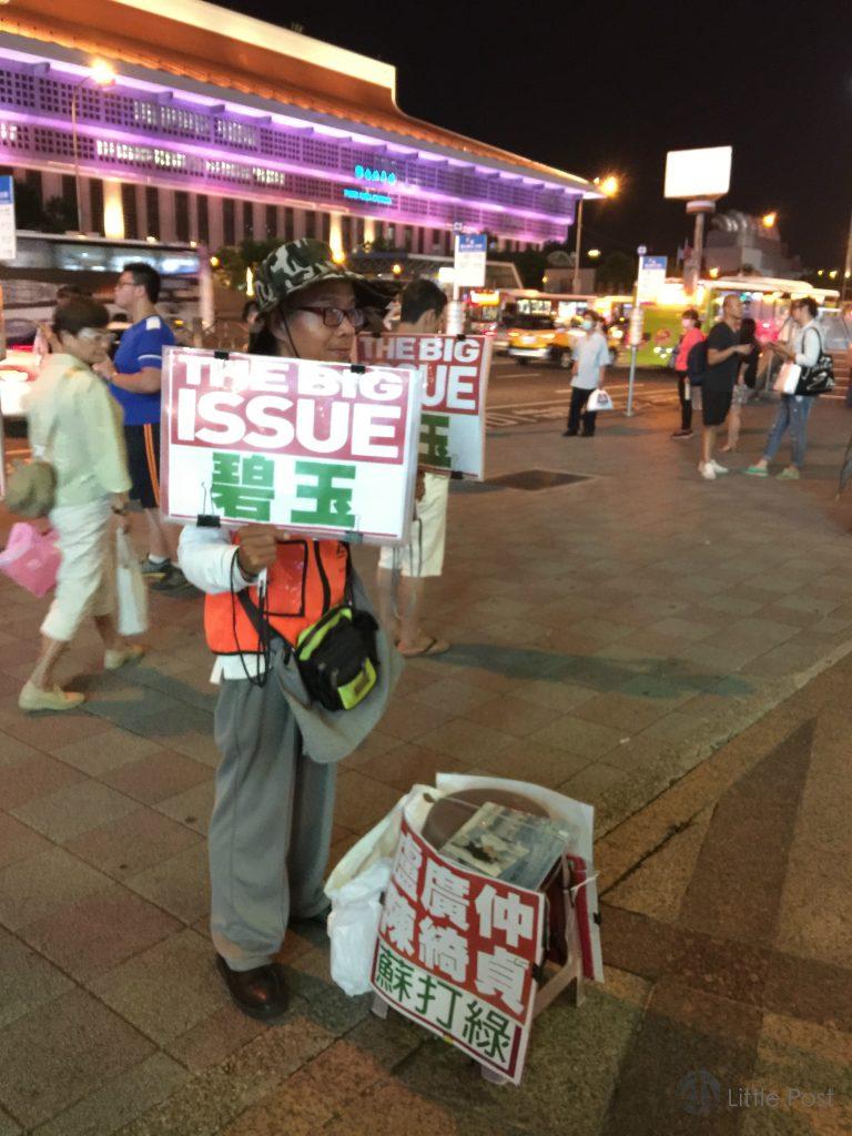 楊賜安在台北車站擺賣《大誌》已好幾年,他誠懇的叫賣已為車站的一道風景。