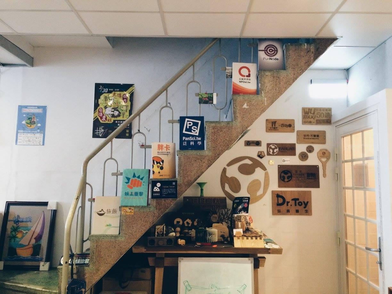 二樓的共同工作空間,以這樣的一條古樸樓梯貫穿各層。(圖片來源:胖地FB)