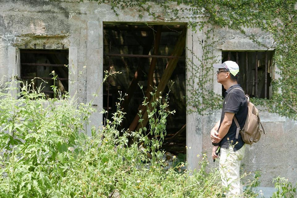 飲江在東平洲廢屋前駐足、思考。(圖:香港文學館)
