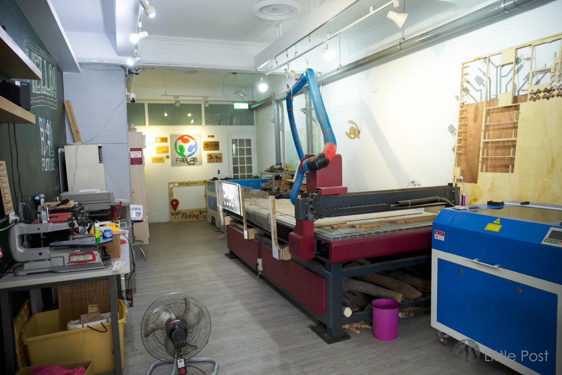 地下一層是放滿各類工藝創作工具的工場。