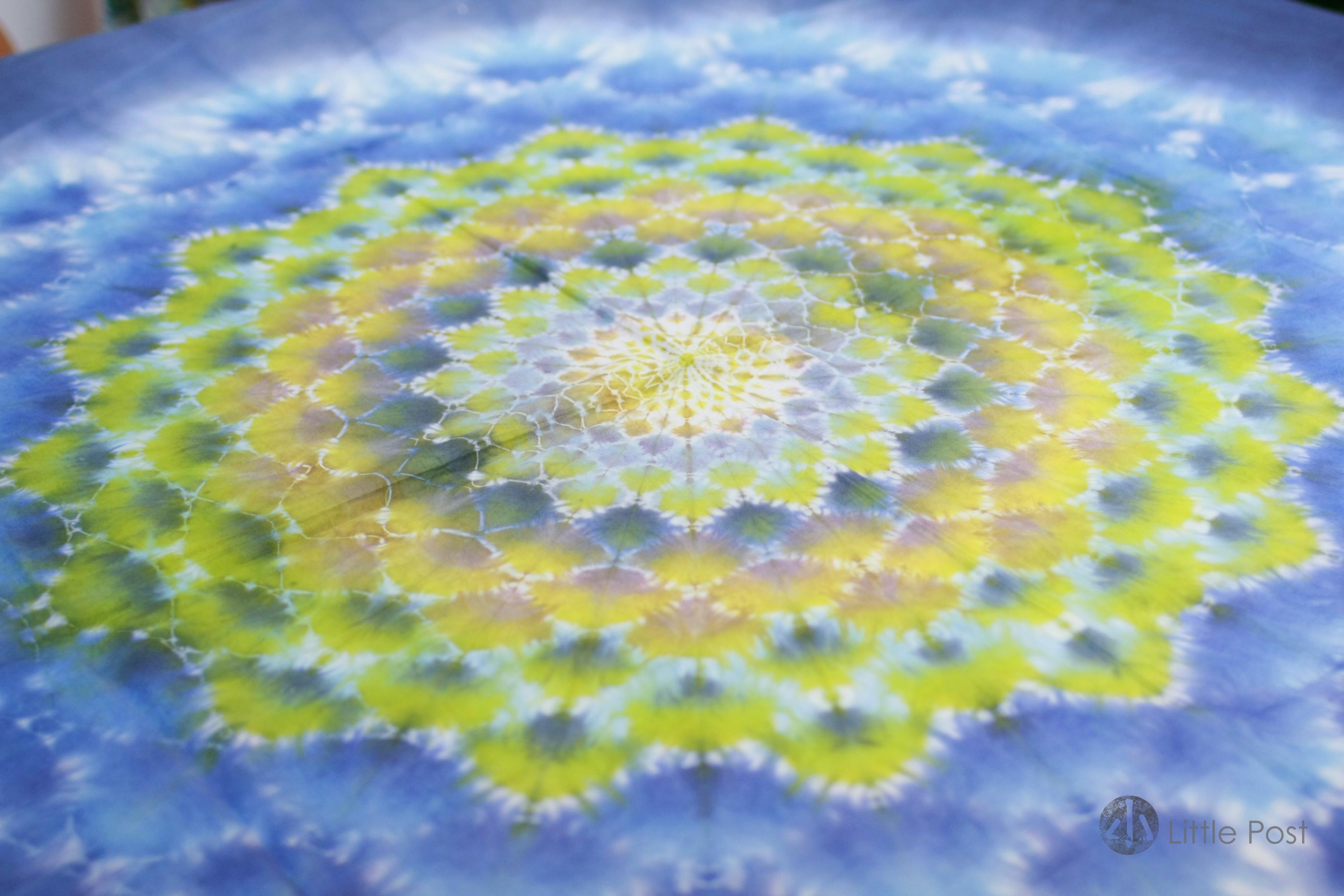 這塊曼陀羅圖案的紮染布匹,由30幾份勻稱對等的圖案組成。