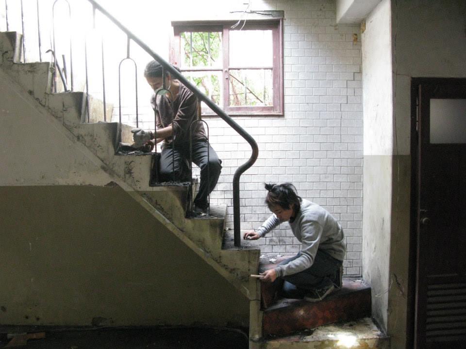 一羣原本不會做工程的年輕人,就這樣親手去建設家園。(圖片來源:能盛興工廠)