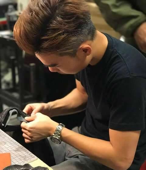 Kenneth不單專心做高級訂造皮革用品,這裏的機械維修也由他一手包辦呢!(圖片來源:Amazing Crew Store)