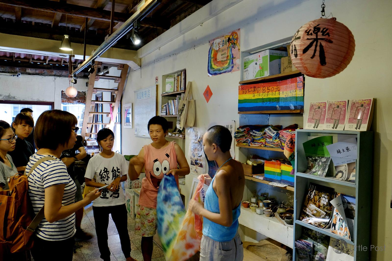 跟參觀者談天,也是「能盛興工廠」的日常。圖為成員林檎、普京、Dee Dee。
