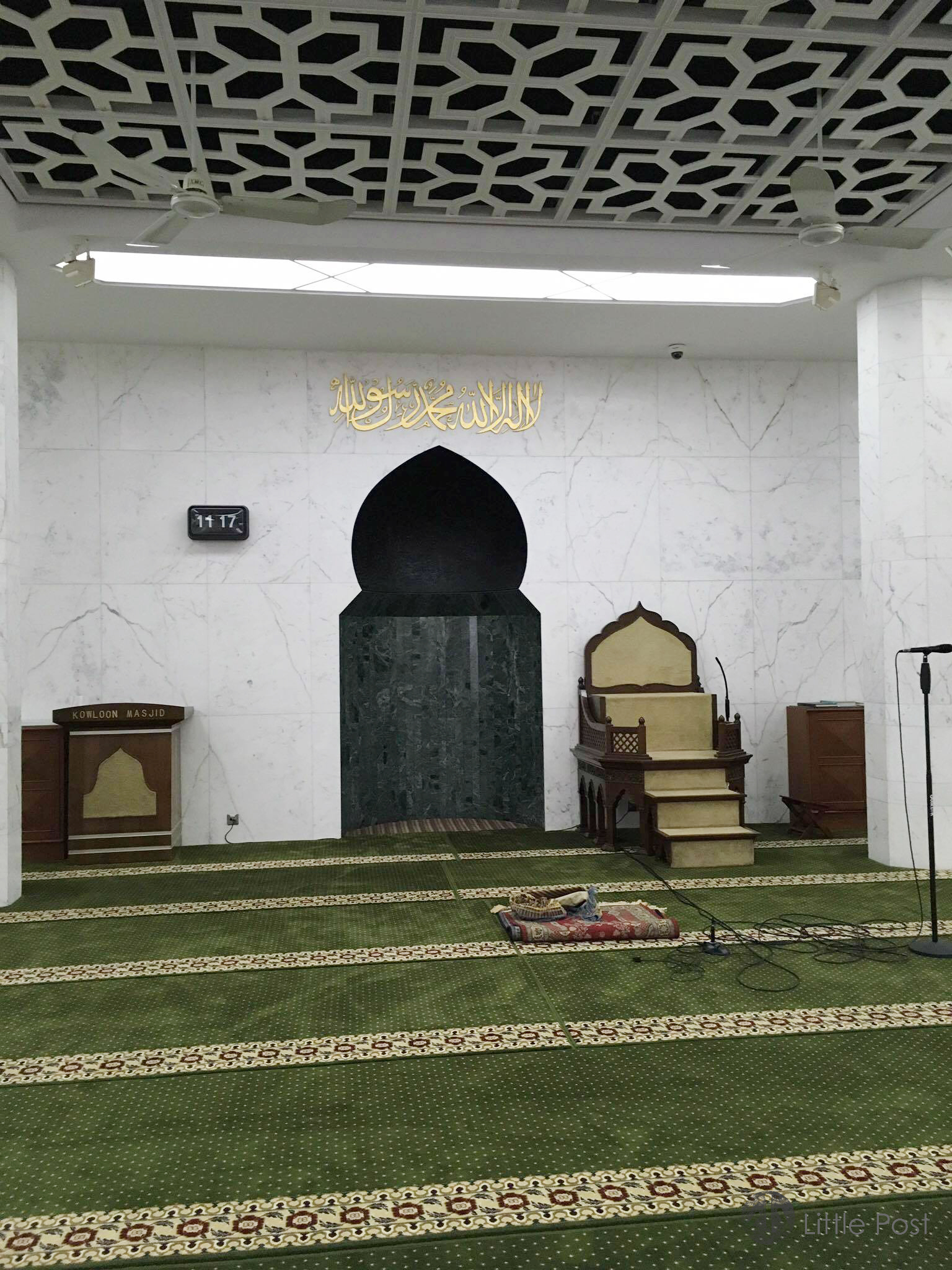 這個崁入牆內的「回音洞」設計,既聰明又有特色。弧形洞上方是阿拉伯文「萬物非主,唯有真主;穆罕默德是主的使者」句子。
